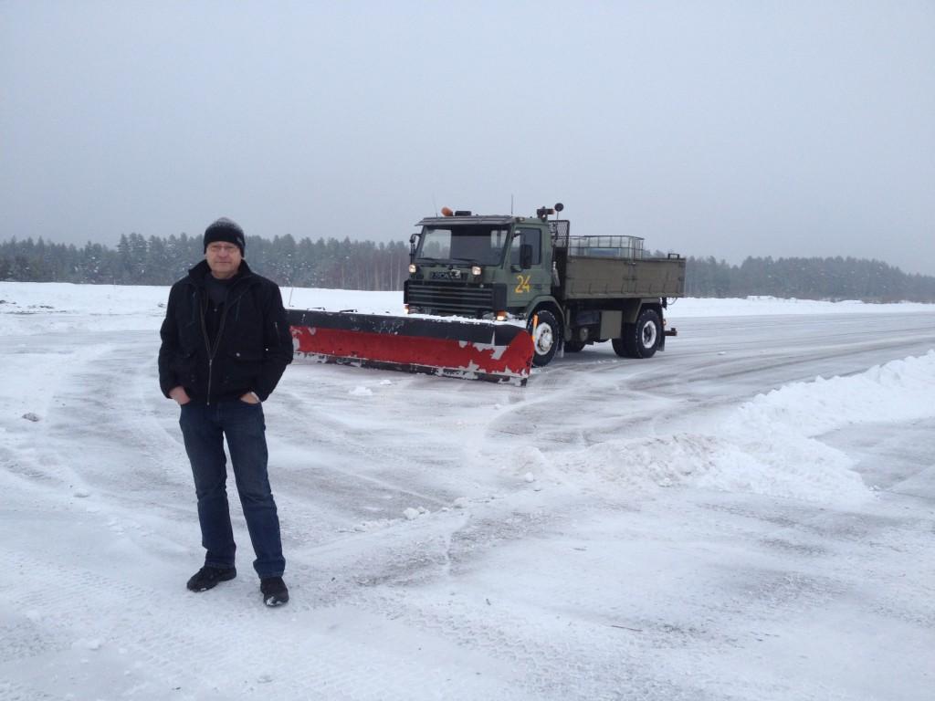 Vi snöröjer med egna fordon, 2 st plogbilar och en snöslunga. Vintertid, Ring för kontroll om fältet är snöröjt.